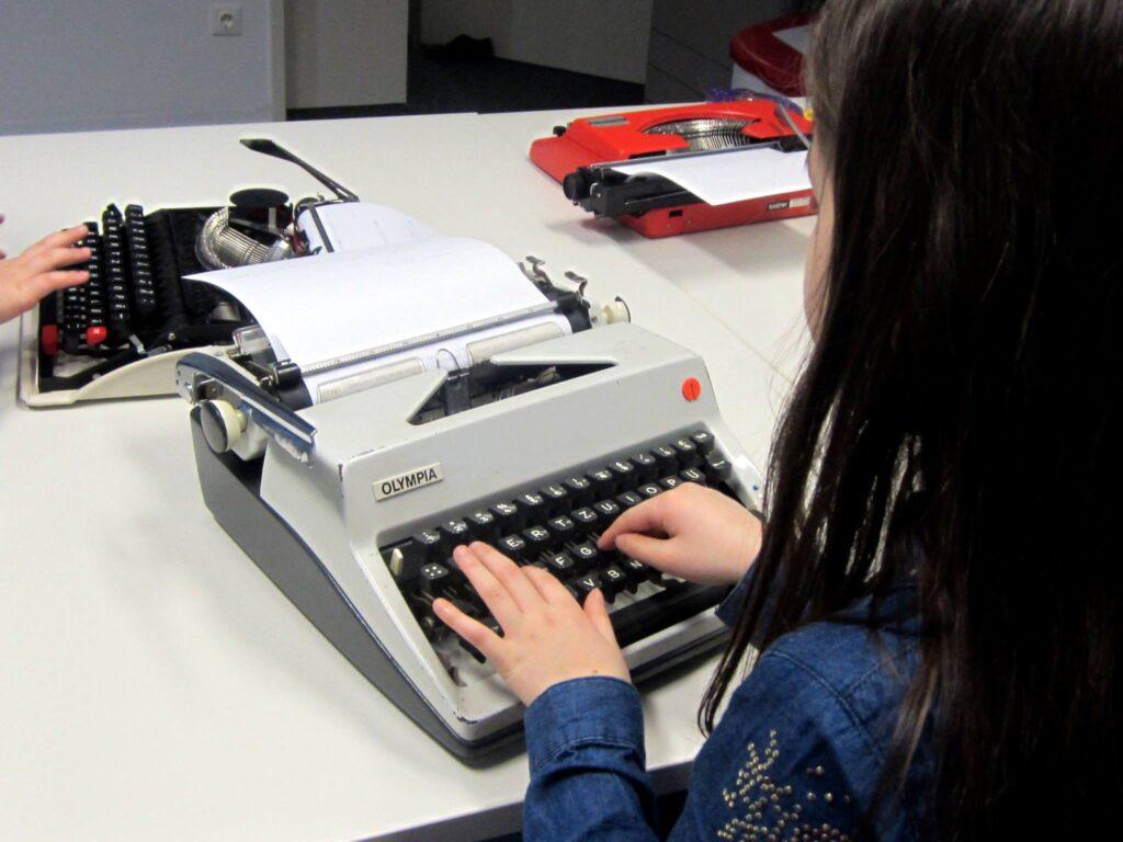 Tippen auf der Schreibmaschine